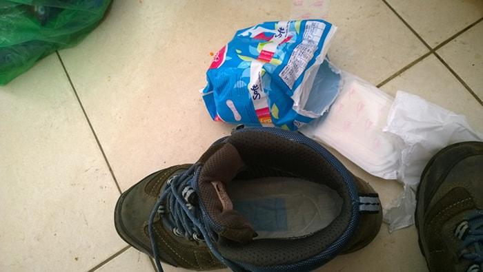 Lót băng vệ sinh trong giày giúp êm và hút ẩm tốt hơn