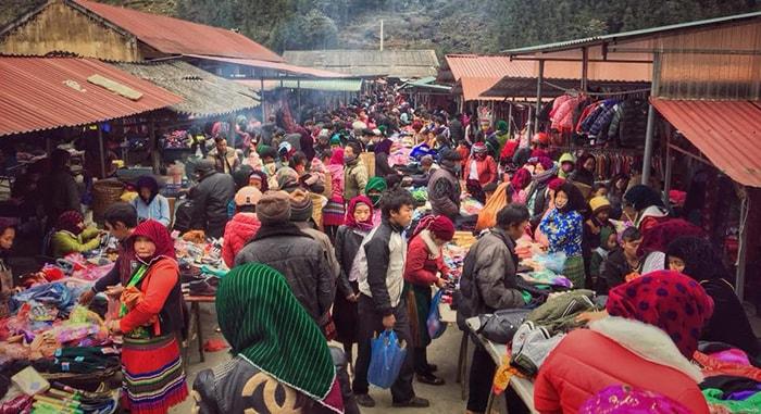 Chợ phiên Đồng Văn thường họp vào sáng chủ nhật hàng tuần