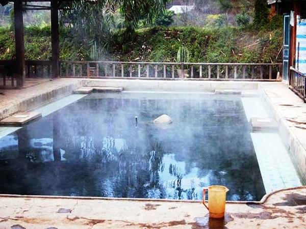 Hồ bơi nước nóng, nếu muốn tắm riêng bạn có thể ở trong những bồn tắm được xây xung quanh