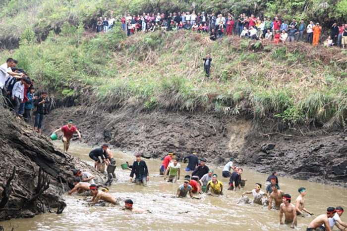 Người dân tham gia bắt cá ở lễ hội bắt cá của người Dao