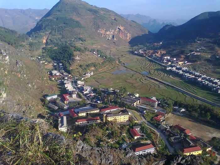 Toàn cảnh thị trấn Đồng Văn nhìn từ đỉnh Đồn Cao