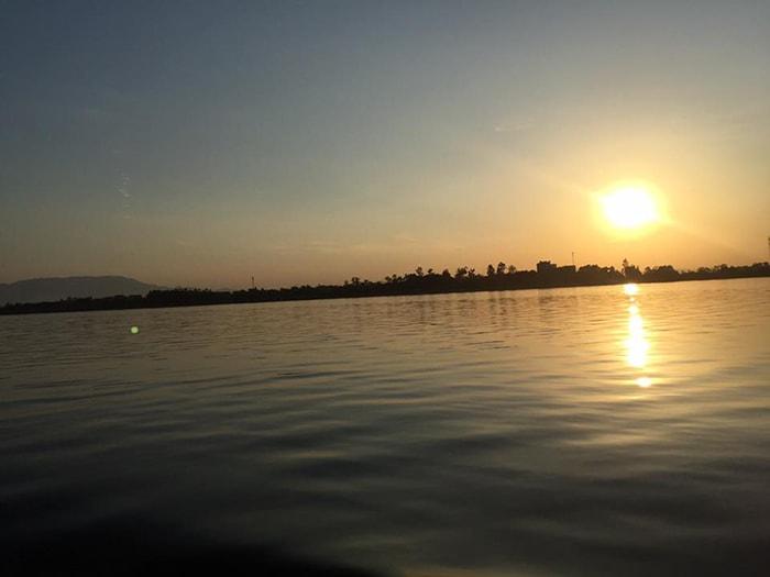 Hoàng hôn trên hồ Suối Hai