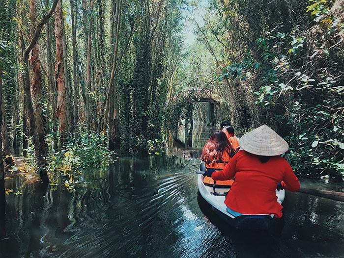Chèo ghe trên kênh rạch miền Tây