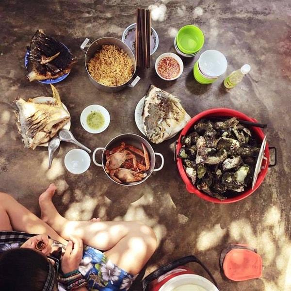 Tự chuẩn bị đồ ăn hoặc xin ăn cùng với nhà dân là cách hay ho cho dạ dày ko bị bỏ đói trong những ngày trên đảo Điệp Sơn