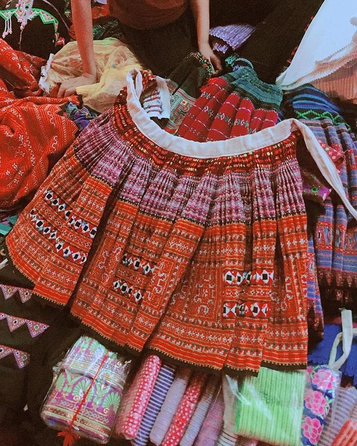 Trang phục dân tộc được bày bán ở khắp Chợ Tình