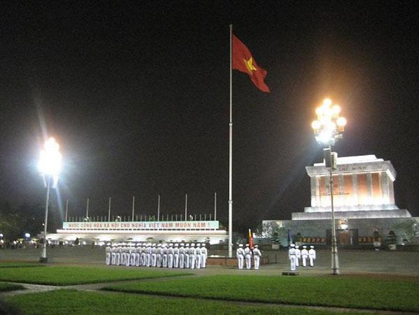 Khởi động buổi phượt đêm ở Hà Nội bằng không khí thiêng liêng lễ hạ cờ tại Lăng Bác vào 9h tối