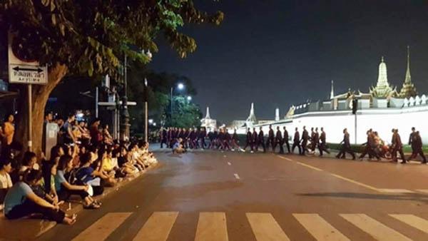 Người dân Thái Lan tưởng nhớ Nhà vua trước Hoàng cung Thái Lan