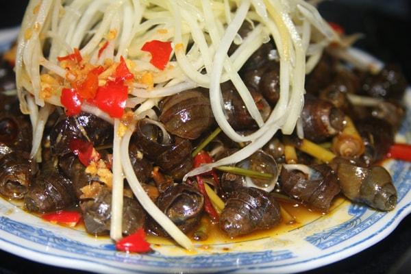 Ốc hút được xào chung với ớt, nước cốt dừa, gừng xả để những gia vị ấy thấm đều vào từng con.