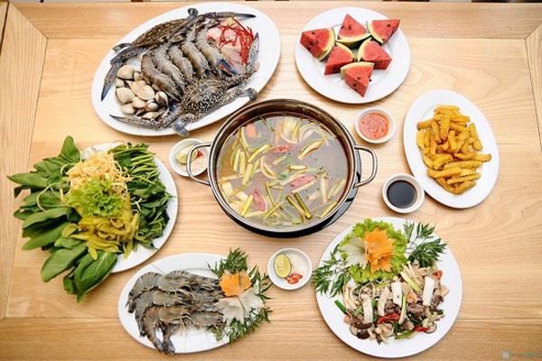 Lẩu hải sản là đặc sản và là món ăn truyền thống của xứ này
