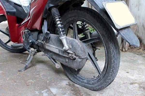 Nhồi nhét cỏ khô, giấy lộn hoặc giẻ rách vào lốp xe sao cho thật căng giúp bạn khắc phục tình trạng xịt lốp giữa rừng