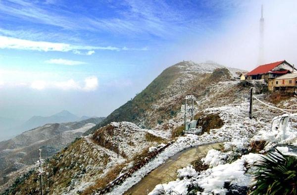 Đắm chìm trong không khí lạnh và ngắm những bông tuyết là điều thu hút nhiều du khách khi tới Mẫu Sơn