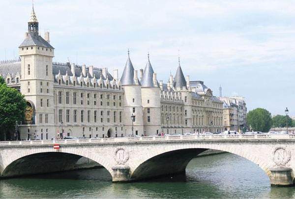 Dòng sông thơ mộng nổi tiếng của Paris