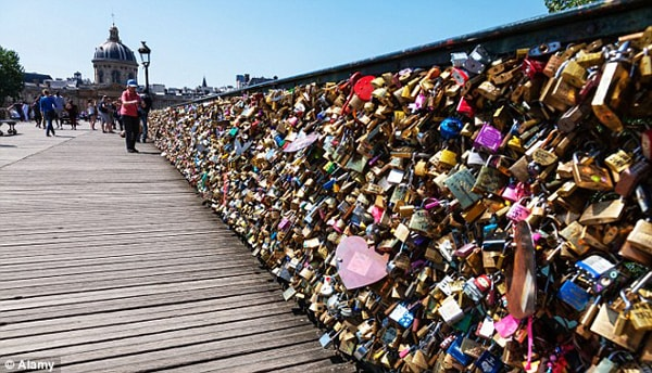 Cây cầu tình yêu du khách không thể bỏ qua khi tới thủ đô ánh sáng này