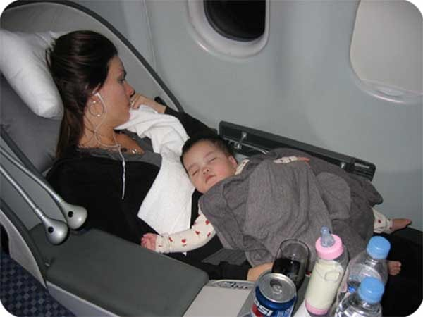 Lưu ý khi cho trẻ dưới 2 tuổi đi máy bay