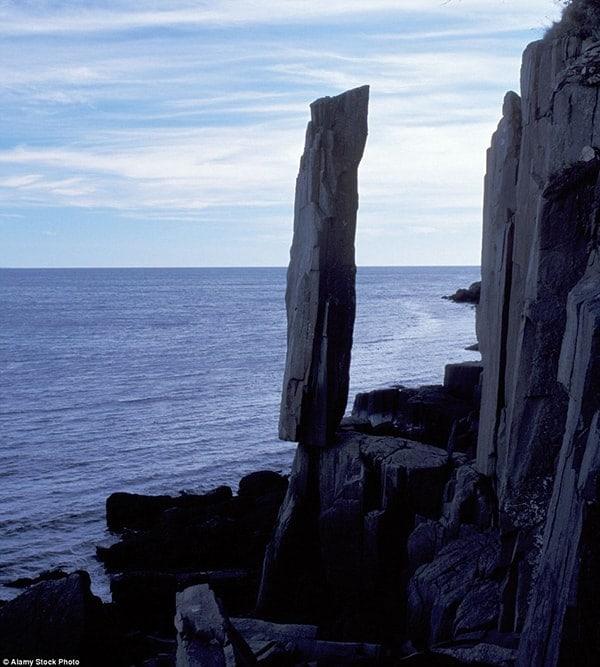 Tảng đá cao gần 6 m nằm ở vịnh St. Mary, đảo Long, Nova Scotia