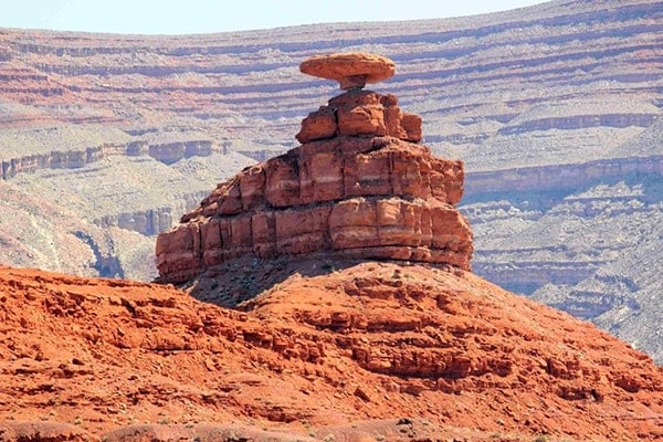 Tảng Mexican Hat (Mũ của người Mexico) nằm ở ngoài thung lũng Monument