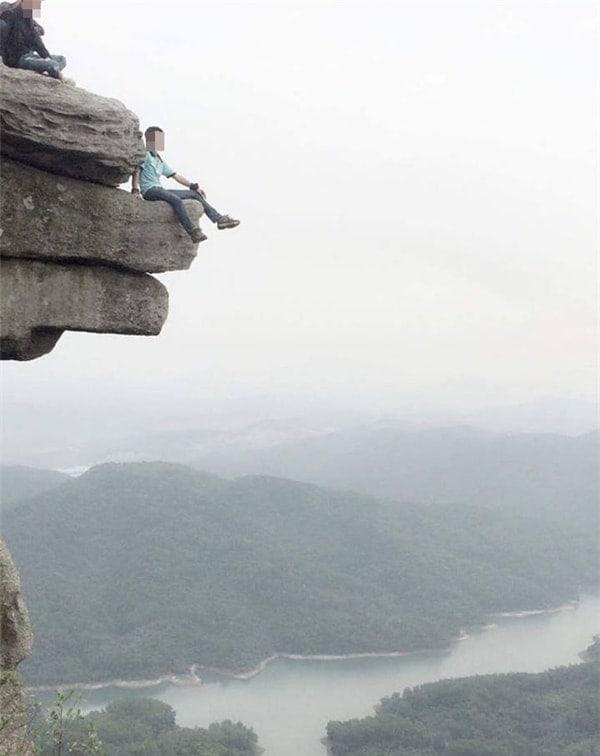 Đỉnh núi đá cheo leo vô cùng nguy hiểm của Núi đá chồng Quảng Ninh