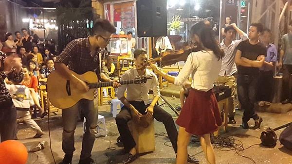 Biểu diễn âm nhạc của các nghệ sĩ Việt Nam