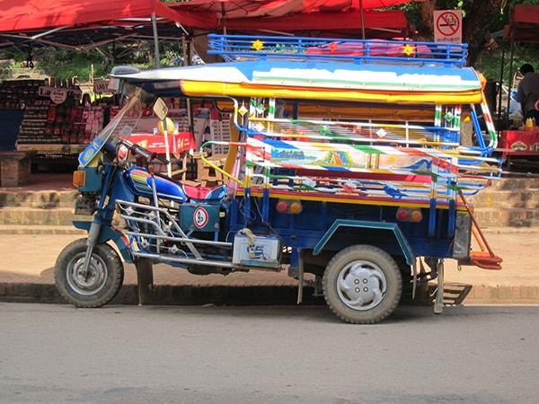 Phương tiện di chuyển phổ biến ở Lào là xe tuk tuk