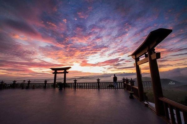 """""""Cổng trời"""" tại chùa Linh Quy Pháp Ấn khi hoàng hôn"""