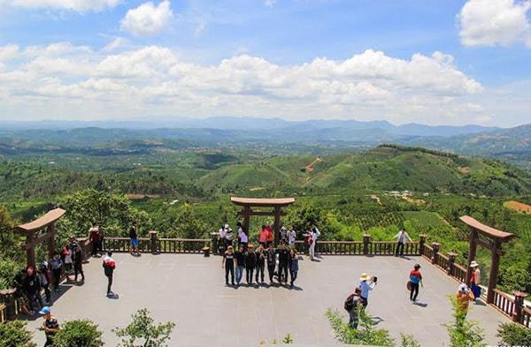 Chùa Linh Quy Pháp Ấn đông khách du lịch vào dịp nghỉ Tết Nguyên Đán