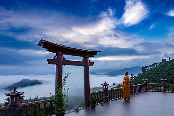 Một cảnh quay cổng trời trong MV Lạc Trôi tại chùa Linh Quy Pháp Ấn