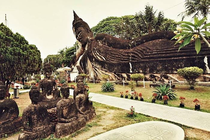 Bức tượng Phật khổng lồ đang chống tay dài 40m ở Buddha Park