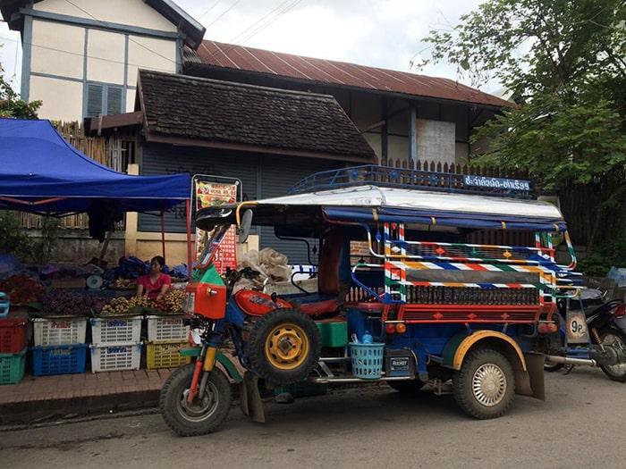 Xe Tuk Tuk là phương tiện di chuyển rất phổ biến ở Lào