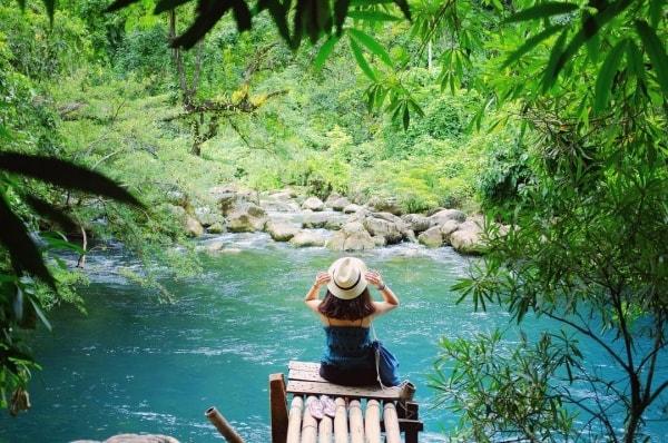 Nước Suối Moọc xanh trong veo như ngọc bích