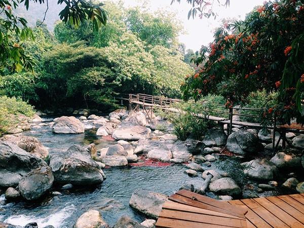 Suối Nước Moọc thích hợp để nghỉ ngơi, ngắm cảnh