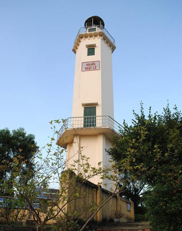 Ngọn hải đăng bên bờ biển Nhật Lệ