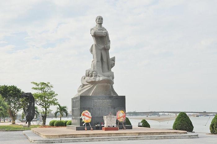 Tượng đài mẹ Suốt bên bãi biển Nhật Lệ
