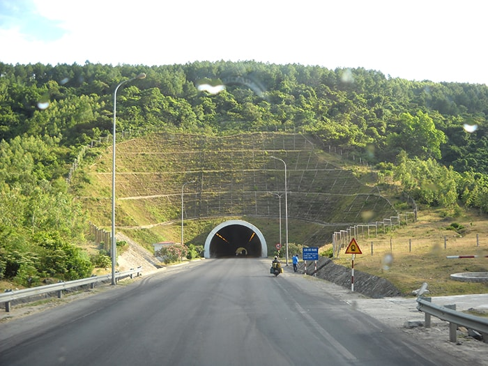 Hầm đường bộ qua đèo Ngang