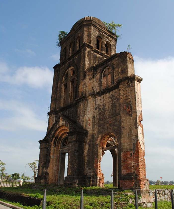 Nhà thờ Tam Tòa là một nhà thờ Công giáo ở Đồng Hới