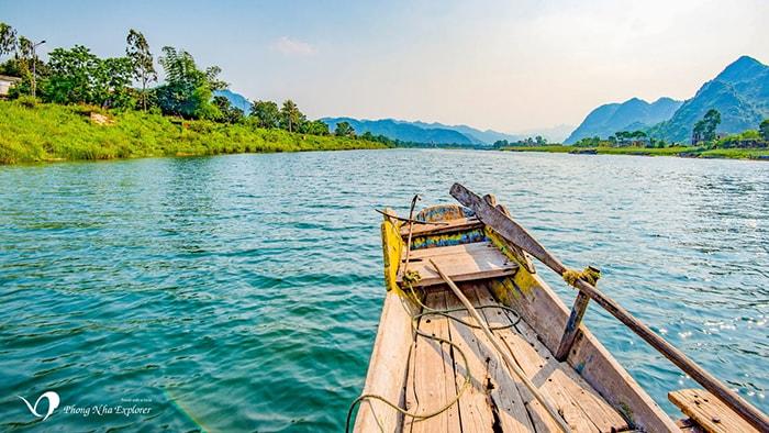 Đi thuyền trên sông Son để vào động Phong Nha