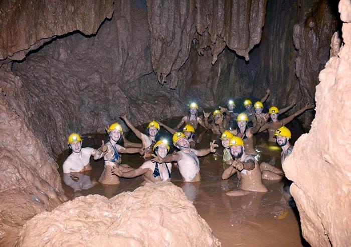 Tắm bùn trong hang Tối ở Quảng Bình