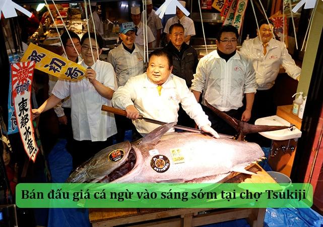 Xem bán đấu giá cá ngừ vào sáng sớm tại chợ Tsukiji