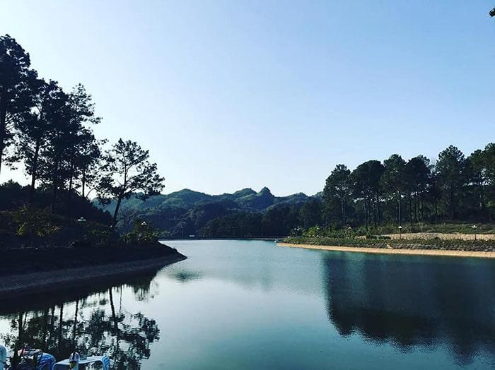 Hồ nước ở bản Áng