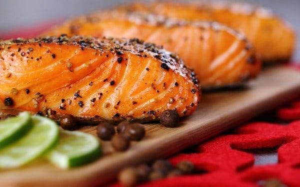 Cá hồi Mộc Châu được đầu bếp chế biến thành món ăn hấp dẫn
