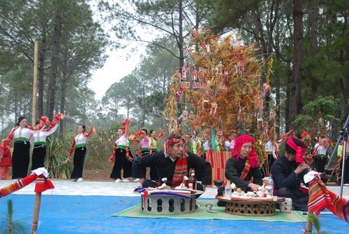 Lễ hội được tổ chức tại rừng thông bản Áng