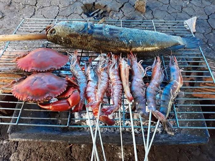 Bạn có thể nướng và thưởng thức các món ăn dân dã ở vườn trái cây Út Tiêu