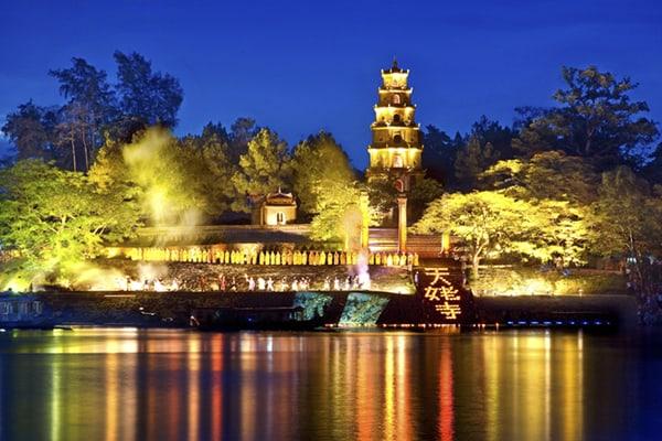 Một góc chùa Thiên Mụ lúc về đêm