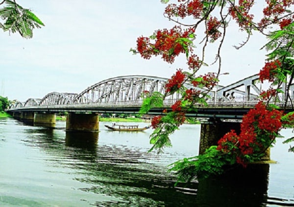 Cầu Tràng Tiền - một địa danh không thể bỏ qua khi đến Huế