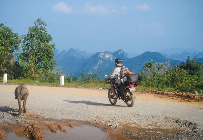 Nếu đi từ các tỉnh phía Nam thì bạn cần men theo đường mòn Hồ Chí Minh để đến Pù Luông bằng xe máy