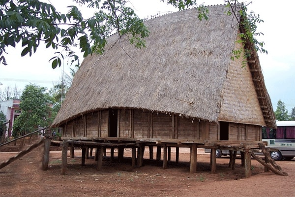 Bạn có thể nghỉ ngơi tại những ngôi nhà sản rộng rãi và thường thức những món ăn đặc trưng của Pù Luông