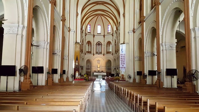 Bên trong nhà thờ Đức Bà - Sài Gòn