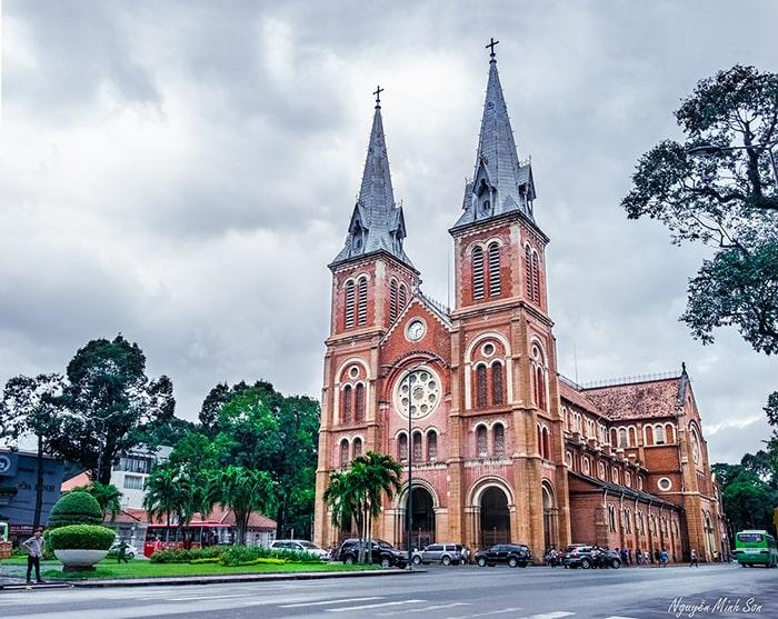 Nhà thờ Đức Bà là địa điểm du lịch nổi tiếng ở Sài Gòn