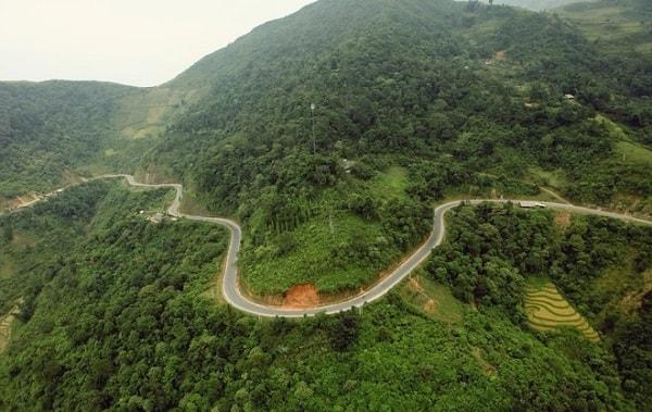 Con đường đèo Khau Phạ khá hiểm trở
