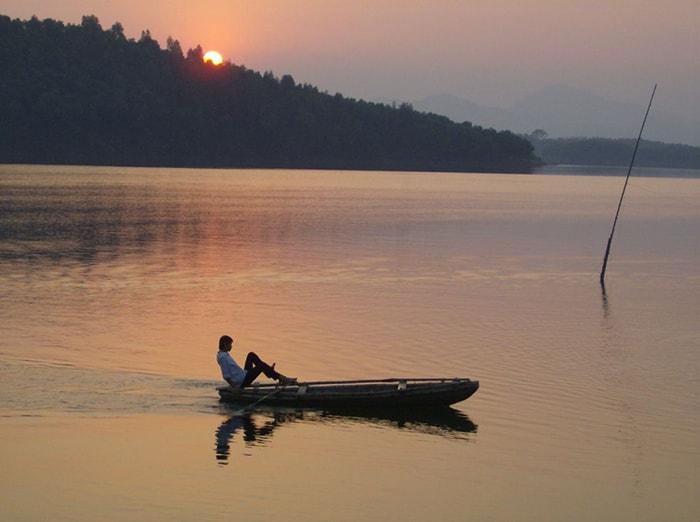 Đạp thuyền nan trên hồ Thác Bà