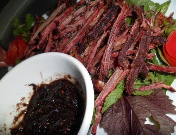 Bạn sẽ mất cả buổi để thưởng thức món thịt trâu gác bếp của người Yên Bái